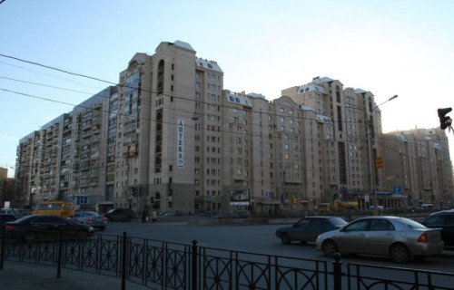 Приморское шоссе и улица Савушкина